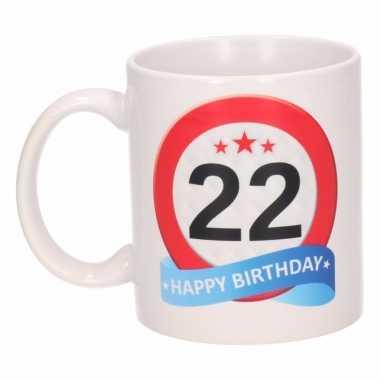 Cadeau 22 jaar mok / beker verkeersbord thema