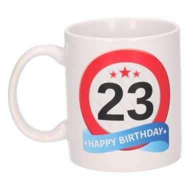 Cadeau 23 jaar mok / beker verkeersbord thema