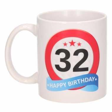 Cadeau 32 jaar mok / beker verkeersbord thema