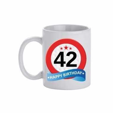 Cadeau 42 jaar mok / beker verkeersbord thema