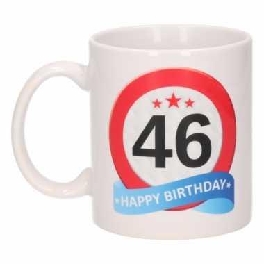 Cadeau 46 jaar mok / beker verkeersbord thema