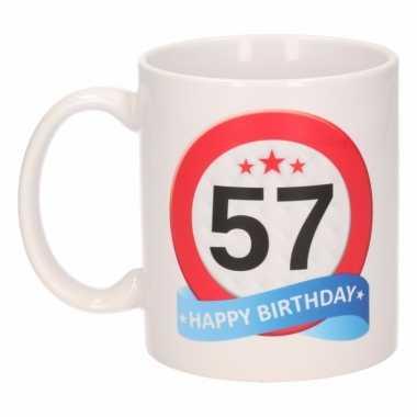 Cadeau 57 jaar mok / beker verkeersbord thema