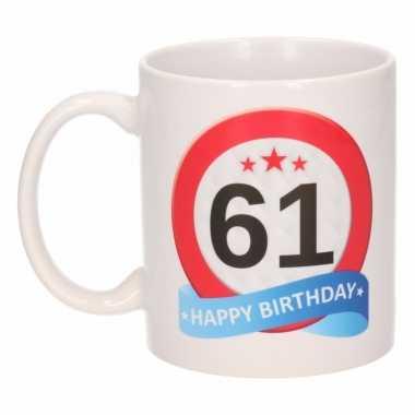Cadeau 61 jaar mok / beker verkeersbord thema