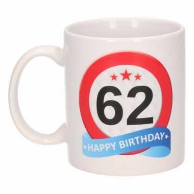 Cadeau 62 jaar mok / beker verkeersbord thema