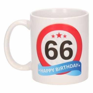 Cadeau 66 jaar mok / beker verkeersbord thema