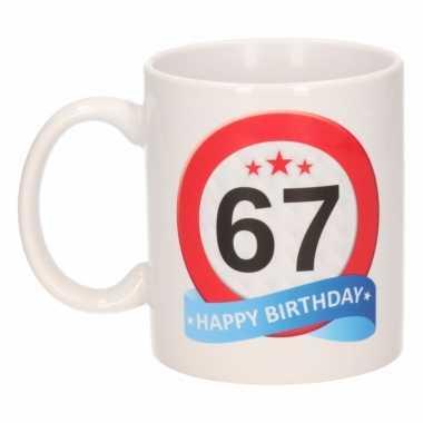 Cadeau 67 jaar mok / beker verkeersbord thema