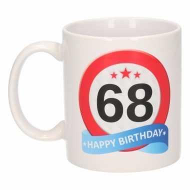 Cadeau 68 jaar mok / beker verkeersbord thema