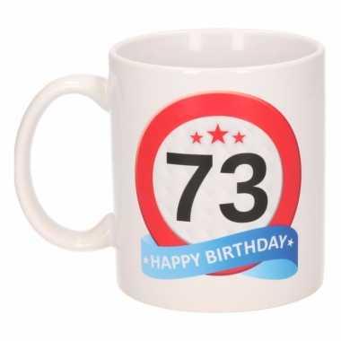 Cadeau 73 jaar mok / beker verkeersbord thema