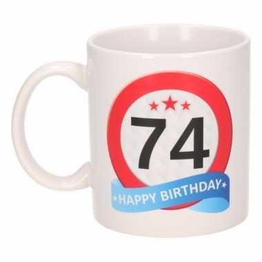 Cadeau 74 jaar mok / beker verkeersbord thema