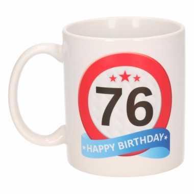 Cadeau 76 jaar mok / beker verkeersbord thema