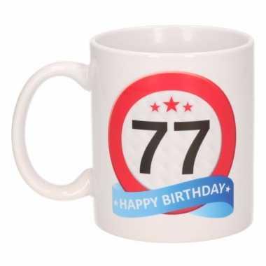 Cadeau 77 jaar mok / beker verkeersbord thema