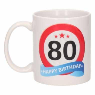 Cadeau 80 jaar mok / beker verkeersbord thema