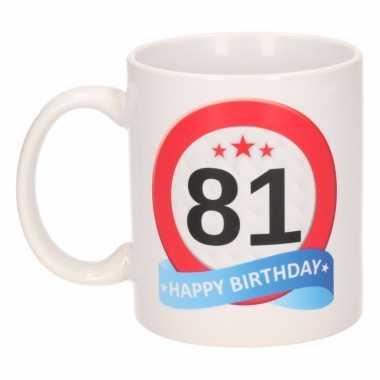 Cadeau 81 jaar mok / beker verkeersbord thema
