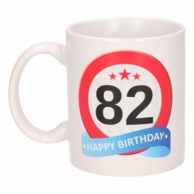 Cadeau 82 jaar mok / beker verkeersbord thema