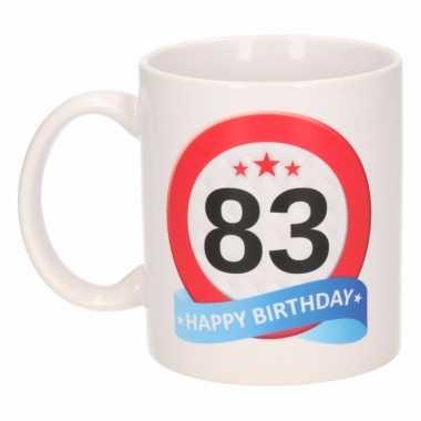 Cadeau 83 jaar mok / beker verkeersbord thema