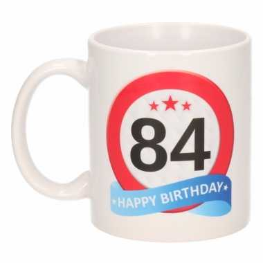 Cadeau 84 jaar mok / beker verkeersbord thema