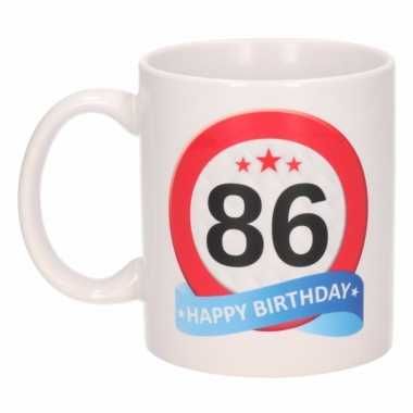 Cadeau 86 jaar mok / beker verkeersbord thema