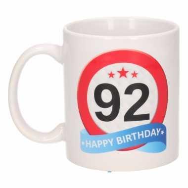 Cadeau 92 jaar mok / beker verkeersbord thema