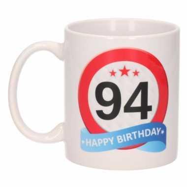 Cadeau 94 jaar mok / beker verkeersbord thema