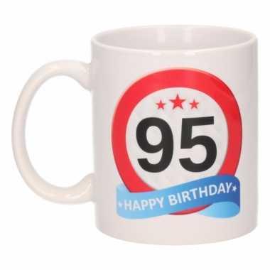 Cadeau 95 jaar mok / beker verkeersbord thema