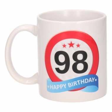 Cadeau 98 jaar mok / beker verkeersbord thema