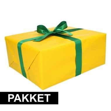 Gele cadeauverpakking pakket met donkergroen cadeaulint