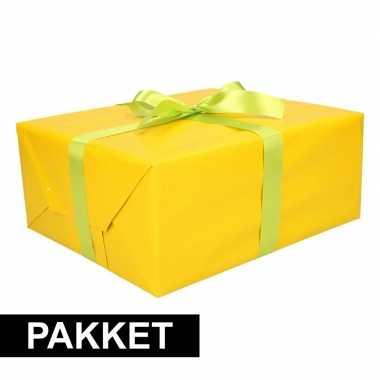 Gele cadeauverpakking pakket met lichtgroen cadeaulint