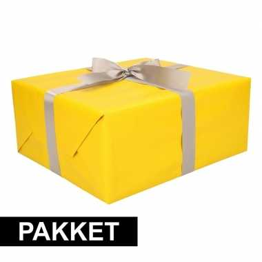 Gele cadeauverpakking pakket met zilver cadeaulint
