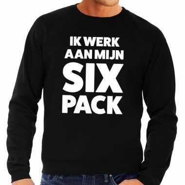 Ik werk aan mijn six pack fun sweater zwart voor heren