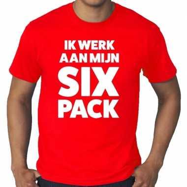 Ik werk aan mijn six pack fun t-shirt rood voor heren