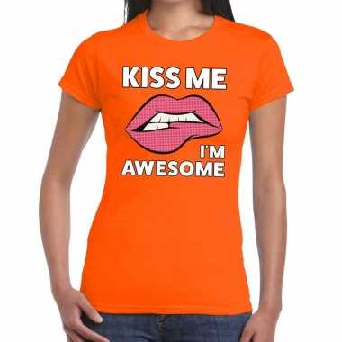Kiss me i am awesome oranje fun-t shirt voor dames
