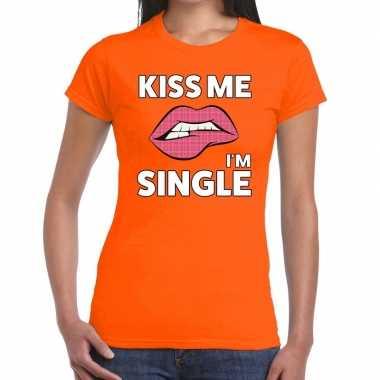 Kiss me i am single oranje fun-t shirt voor dames