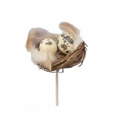 Nestje op stokje met veren en kwarteleitjes 7 cm