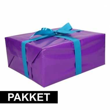 Paarse cadeauverpakking pakket met blauw cadeaulint