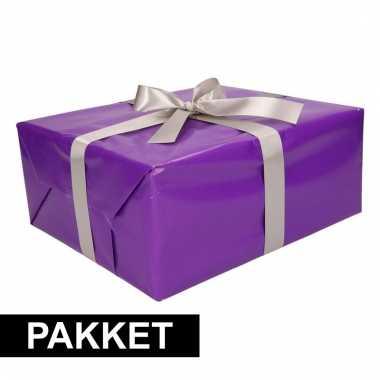 Paarse cadeauverpakking pakket met zilver cadeaulint
