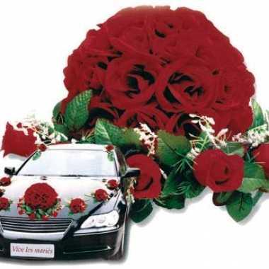 Rode bloemstukken voor de auto