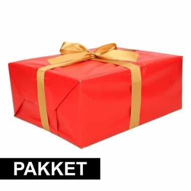 Rode cadeauverpakking pakket met goud cadeaulint