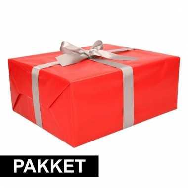 Rode cadeauverpakking pakket met zilver cadeaulint