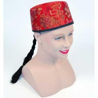 Rood aziatisch hoedje met vlecht