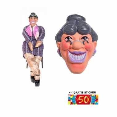 Sarah pop met masker en 50 jaar sticker