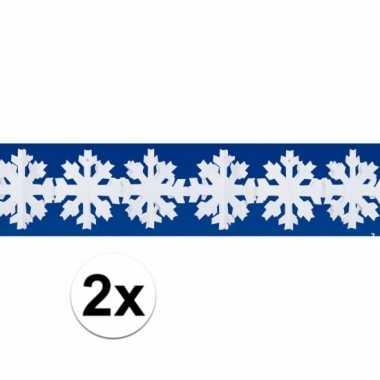 Twee decoratieslingers met witte vlokken