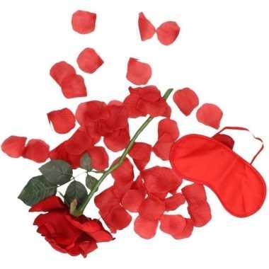 Valentijn verassings cadeau roos/rozenblaadjes/oogmasker