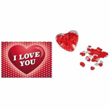 Valentijnskaart met hartvormige confetti voor in bad