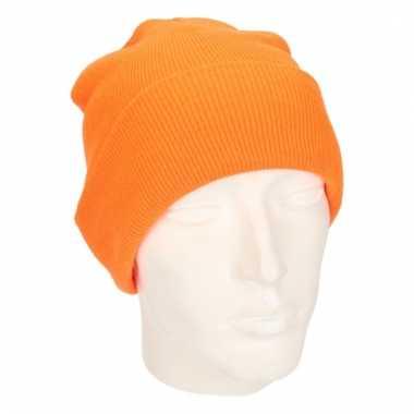 Warme gebreide muts in het fluor oranje
