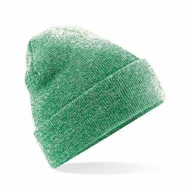 Warme gebreide muts in het groen gemeleerd