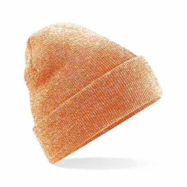 Warme gebreide muts in het oranje gemeleerd