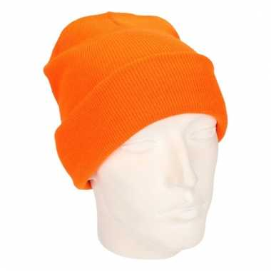 Warme gebreide muts in het oranje