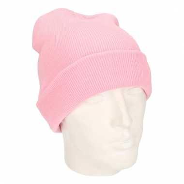 Warme gebreide muts in het roze