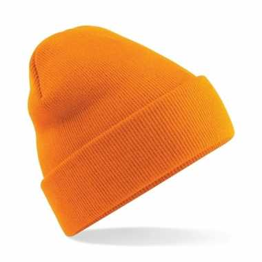 Warme gebreide schaatsmuts in het oranje