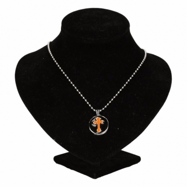 Zilveren metalen ketting met oranje kruis chunk